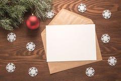 Umschlag auf Weihnachtsfeiertagshintergrund Stockfotos