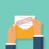 Umschlag in den Händen mit dem Buchstaben zurückgewiesen Stockbilder