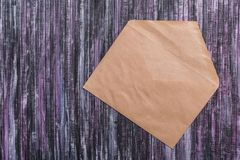Umschlag des Kraftpapiers Liebesbriefumschlag Hölzerner Hintergrund Dieses ist eine 3D übertragene Abbildung Lizenzfreies Stockfoto