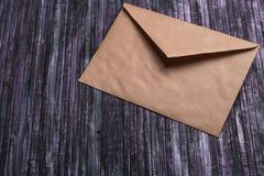 Umschlag des Kraftpapiers Liebesbriefumschlag Hölzerner Hintergrund Dieses ist eine 3D übertragene Abbildung Stockfotografie