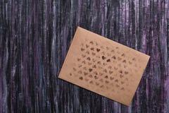 Umschlag des Kraftpapiers Liebesbriefumschlag Hölzerner Hintergrund Dieses ist eine 3D übertragene Abbildung Lizenzfreie Stockfotos
