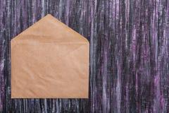Umschlag des Kraftpapiers Liebesbriefumschlag Hölzerner Hintergrund Dieses ist eine 3D übertragene Abbildung Stockfotos