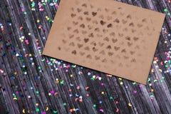 Umschlag des Kraftpapiers Liebesbriefumschlag Hölzerner Hintergrund Dieses ist eine 3D übertragene Abbildung E Lizenzfreies Stockbild
