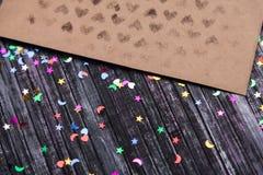 Umschlag des Kraftpapiers Liebesbriefumschlag Hölzerner Hintergrund Dieses ist eine 3D übertragene Abbildung E Stockbild
