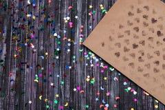 Umschlag des Kraftpapiers Liebesbriefumschlag Hölzerner Hintergrund Dieses ist eine 3D übertragene Abbildung E Stockfotografie