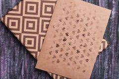 Umschlag des Kraftpapiers Liebesbriefumschlag Hölzerner Hintergrund Ein Feriengeschenkkasten Geschenk mit dem Buchstaben Stockbilder