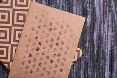 Umschlag des Kraftpapiers Liebesbriefumschlag Hölzerner Hintergrund Ein Feriengeschenkkasten Geschenk mit dem Buchstaben Stockfotos
