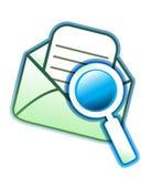 Umschlag-eMail und -vergrößerungsglas Stockfotografie