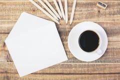 Umschlag, Kaffee und Bleistifte Stockfotos