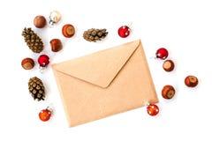 Umschlag, Kegel, Haselnüsse und Weihnachtsdekorationen stockfotos