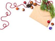 Umschlag, Kegel haselnut und Weihnachtsdekorationen lizenzfreie stockfotos
