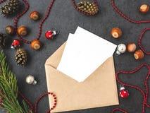 Umschlag, Kegel und Weihnachtsdekorationen lizenzfreie stockbilder