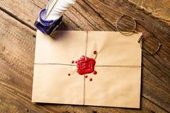 Umschlag mit aufgeprägtem Dichtungswachs und Tintenfaß mit blauer Tinte Lizenzfreie Stockfotos