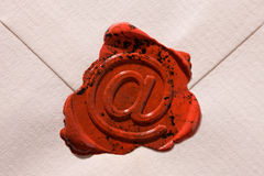Umschlag mit eMail-Zeichen Stockfotos