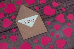 Umschlag mit Karte und Text ich liebe dich und rote Herzen für valent Lizenzfreies Stockbild