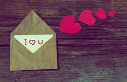 Umschlag mit Karte und Text ich liebe dich und rote Herzen für valent Stockbilder