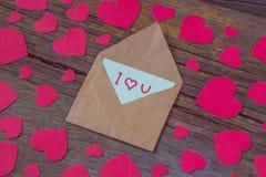 Umschlag mit Karte und Text ich liebe dich und rote Herzen für valent Lizenzfreie Stockbilder