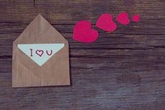 Umschlag mit Karte und Text ich liebe dich und rote Herzen für valent Stockfotografie