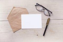 Umschlag mit Stift auf einem Holztisch Stockbild