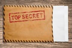 Umschlag mit streng geheim Stempel und unbelegten Papieren. Stockfotografie