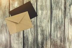 Umschlag mit zwei Post auf dem Hintergrund Stockfotografie