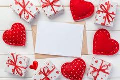 Umschlag-Post mit rotem Herzen und Geschenkbox über weißem hölzernem Hintergrund Valentine Day Card-, Liebes-oder Hochzeits-Gruß- stockbild
