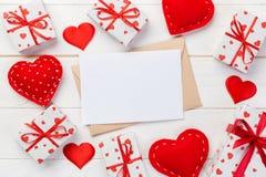 Umschlag-Post mit rotem Herzen und Geschenkbox über weißem hölzernem Hintergrund Valentine Day Card-, Liebes-oder Hochzeits-Gruß- lizenzfreie stockfotografie