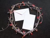 Umschlag und Blatt Papier mit Girlande stockfotografie