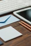 Umschlag und Bleistifte Lizenzfreie Stockfotos