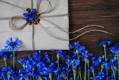 Umschlag und Blumen stockbild