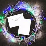 Umschlag- und Weihnachtsdekoration stockfotos