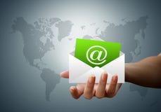 Umschlagzeichen-eMail-Hände der Frauen Lizenzfreies Stockbild