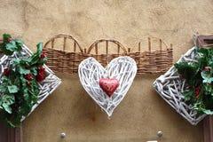 Umsponnene Herzen und andere Dekoration Stockbilder