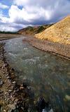 Umsponnener Fluss durch eine Schlucht Stockfotografie