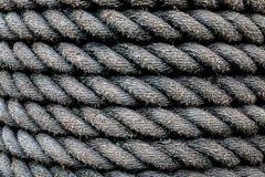 Umsponnener industrieller Seilhintergrund Es liegt am Regen nass  lizenzfreie stockfotos