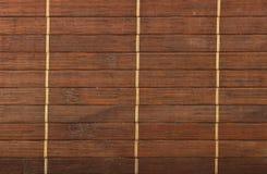 Umsponnener Mattenhintergrund der hölzernen braunen Bambusflechtweide Stockfotos