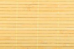 Umsponnener Mattenhintergrund der hölzernen hellgelben Bambusflechtweide Lizenzfreie Stockfotos