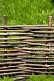 Umsponnener Zaun hergestellt vom Holz Stockfotografie