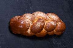 Umsponnenes Brot auf Tafel lizenzfreies stockfoto
