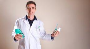 Umundurowany dentysta z produktami w r?ka og?lnym widoku obrazy royalty free