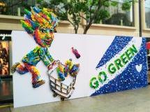Umweltfreundlich gehen Sie mit den Plastikkappen grün, die neue Kunstschaffungen upcycling sind lizenzfreie stockfotografie
