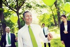Umweltfreundliche Geschäftsleute, die grünes Ballon-Konzept halten Lizenzfreies Stockbild