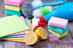 Umweltfreundliche natürliche Reiniger, Zitrone und Stoff auf Holztisch stockbilder