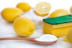Umweltfreundliche Reiniger, Backnatron und Zitrone stockfotos