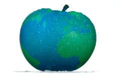 Umweltfreundlicher begrifflichapfel mit Tropfen einer blauen Farbe des Designers mit grünen Kontinenten der Kugelkarte lizenzfreies stockfoto