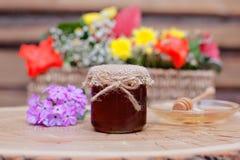 Umweltfreundlicher Honig in den Glasgefäßen Stockbild