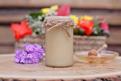 Umweltfreundlicher Honig in den Glasgefäßen Stockfoto