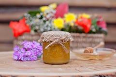 Umweltfreundlicher Honig in den Glasgefäßen Lizenzfreies Stockfoto