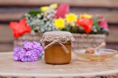 Umweltfreundlicher Honig in den Glasgefäßen Stockfotos