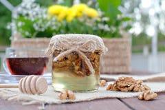 Umweltfreundlicher Honig in den Glasgefäßen Lizenzfreie Stockbilder